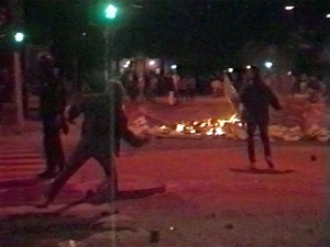 Urobetjente kaster sten efter demonstranter
